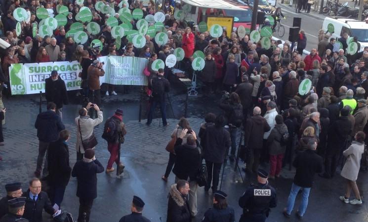 DEZBATERI fierbinţi şi proteste la uşa Consiliului Europei - raportul privind mamele surogat a fost RESPINS!