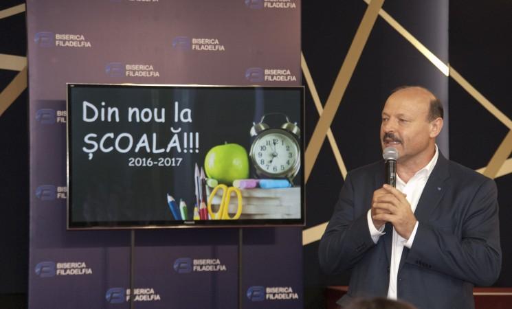 """Valeriu Ghileţchi şi-a condus nepoţeii la careul de deschidere al Liceului """"Elimul Nou"""""""